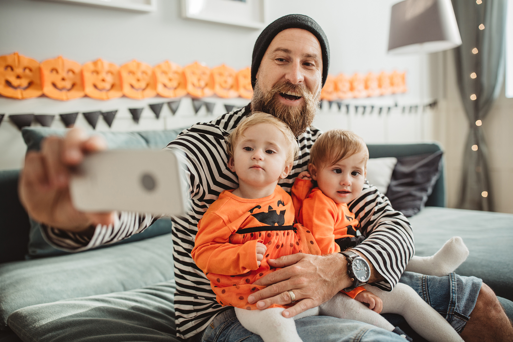 Dad and two kids take part in virtual costume party via video chat